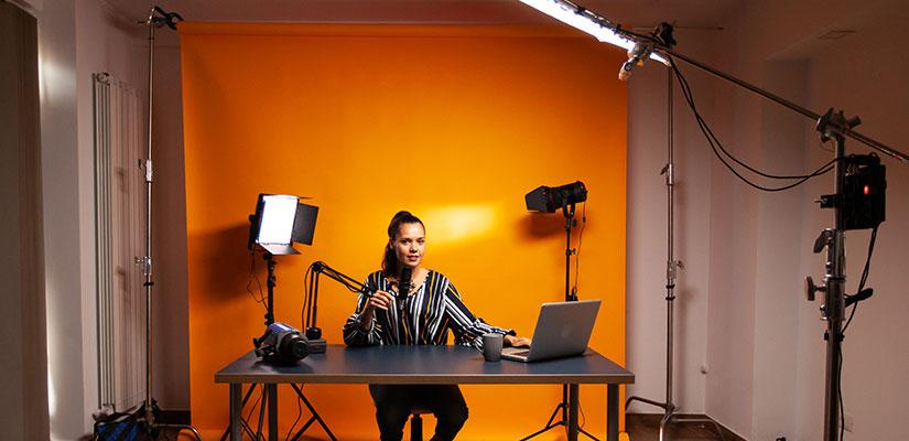mulher gravando videoaula em estúdio caseiro com chroma-key