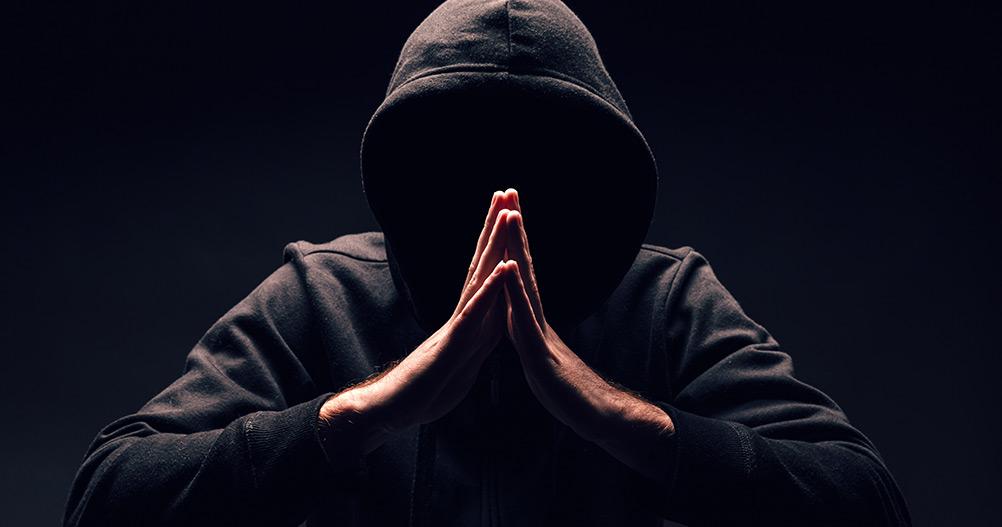 pessoa sinistra na sombra e encapuzada - Shadowban no Instagram
