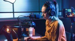 jovem em estúdio gravando vídeos - Marketing de Conteúdo para Youtube