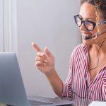 Mulher conversando realizando uma reunião online - onboarding de clientes em cursos EaD