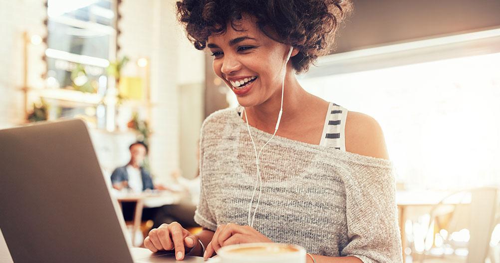 Jovem mulher mexendo no laptop - Customer Success