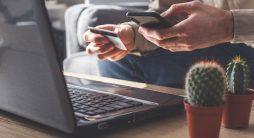 Vender Cursos Online - pessoa segurando cartão de crédito e celular