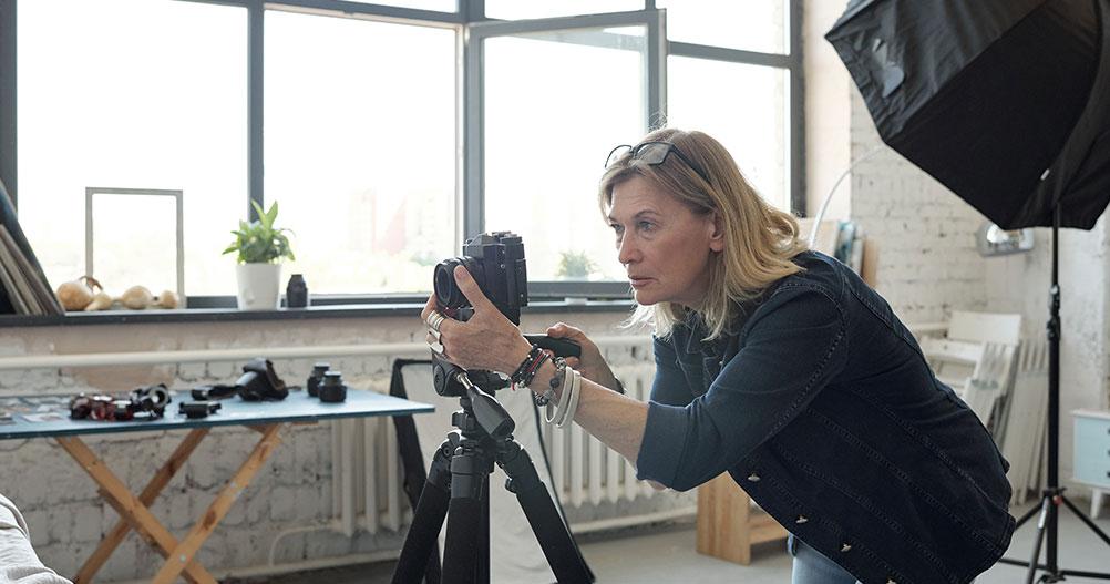 mulher realizando uma gravação em vídeo - câmera para gravar videoaulas