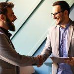 co-marketing para aumentar aaperto de mão entre jovens empreendedores - autoridade da sua marca