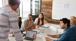 reunião em entre equipe - escolher a melhor Agência de Inbound Marketing